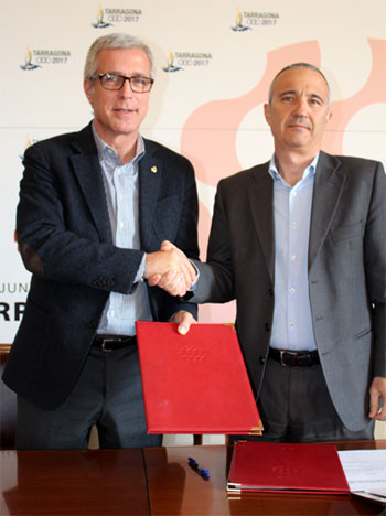 Foto del Alcalde de Tarragona, Josep Fèlix Ballesteros y del director-gerente de EMATSA, Daniel Milan firmando la prórroga