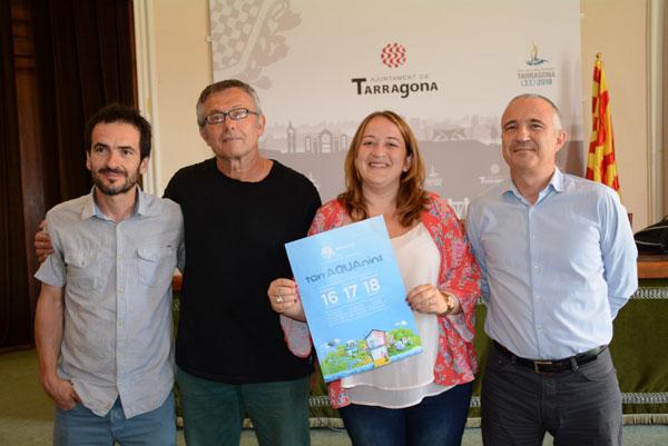 D'esquerra a dreta, Joan Rioné, Agustí Ferrer, Ivana Martínez i Daniel Milan i el cartell dels espectacles