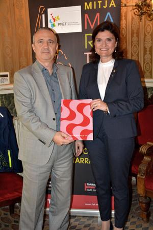 Signatura del conveni de col·laboració entre la consellera d'Esports de l'Ajuntament de Tarragona, Elisa Vedrina i el gerent d'Ematsa, Daniel Milan